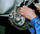 Регулировка зазора в подшипниках ступицы переднего колеса