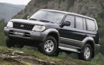 Toyota Land Cruiser Prado 2001 года — современный комфортабельный внедорожник: лонжеронная рама, клиренс — 220 мм, блокируемый межосевой дифференциал, 5x2 передачи (с «раздаткой»)