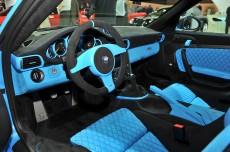 Интерьер, отделанный алькантарой выполнен в той же цветовой гамме что и кузов спорткара.