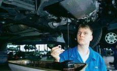 Обустройство мастерской: заправка двигателей маслом