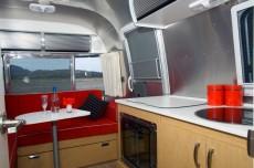 Уютный диванчик уголком и полноценная кухня с мойкой и газовой плитой
