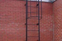 Утепляем парапет балкона и устанавливаем  пожарную лестницу на крыше собственного дома