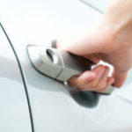 Как открыть дверь автомобиля без ключа?